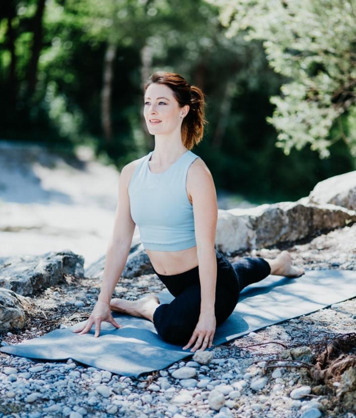 Nach einer ungeplanten Schulter OP, wurde ich endlich gezwungen zur Ruhe zu kommen und mir Gedanken zu machen. Ich hatte eigentlich nur eine Option: mich wieder zu finden, mich zu verbinden und das, was mir keine Freude und Sinn bereitet, hinter mir zu lassen. Denn so konnte ich nicht mehr weiter machen. Deswegen habe ich final entschieden, nachdem ich mich mehr und mehr mit mir, persönlicher Entwicklung, Coaching und Psychologie beschäftigte, mir selbst einen Coach als Wegbegleiter nahm und tiefer in meine Hingabe und Liebe zu Yoga und Meditation einstieg, dass ich nur aus dem Ausstieg des Teufelskreises und in der Ruhe meinen Weg finden werde. Ich brachte den Mut auf, das hinter mir- und loszulassen, was mir die Kraft nahm. Denn nur schon durch das Beschäftigen mit mir konnte ich schon erhaschen, wie es denn sein könnte, frei von meinen Lasten zu sein, auch wenn mein Weg zu mir nicht klar war. Durch meine Coaches, die mir halfen, das zu erkennen und lösen, was in mir schlummerte, sowie beim Verlassen der Comfort Zone, (z.B. beim Reisen oder in den Momenten in denen ich Dinge machte, die ich nie davor gemacht habe) und in der Meditation, die mir größte innere Ruhe brachte, fand ich die Antworten und die Lösungen. Und wurde glücklich- einfach im Hier und Jetzt. Es entstand ein Gefühl von innerer Zufriedenheit, Klarheit und mein Selbstvertrauen und Selbstwert wurden reaktiviert. Ich absolvierte alle relevanten Aus- und Weiterbildungen (systemisches Coaching, Yogalehrer, Meditationsleiter, Businessyoga, Businesscoaching) und konnte dadurch alle Elemente von Körper, Seele, Herz und Geist verbinden und in der Selbstständigkeit aus meinem großen Schatz an Businesswissen schöpfen. Ich bin jetzt ICH, in Verbindung und kann wieder meiner Intuition folgen und mit Freude und Energie jeden Tag das machen, nachdem ich lange suchte.Ich biete Lifecoaching, Mindsetcoaching zu mehr Gelassenheit, Selbstliebe, persönliche Weiterentwicklung, Erfolg, innere Ruhe. Ich unterrichte Yoga, 