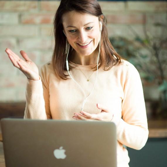 Ich biete Lifecoaching, Mindsetcoaching zu mehr Gelassenheit, Selbstliebe, persönliche Weiterentwicklung, Erfolg, innere Ruhe. Ich unterrichte Yoga, Yogaunterricht, Meditationslehre, Businessyoga, Achtsamkeitslehre, Achtsamkeitsworkshop, Business- Achtsamkeit, Calm your Monkey Mind, Konzentration und Produktivität. Personalyoga. Gelassenheit ist nicht angeboren. Besonders nicht bei einer erfolgreichen Karriere. durch die unerwarteten 4 Strategien der Gelassenheit zu beruflichem Erfolg gelangen. Dies bringt mir jeden Tag Positivität, Energie und Freude und dadurch auch Dankbarkeit