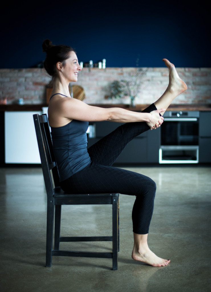 Nach einer ungeplanten Schulter OP, wurde ich endlich gezwungen zur Ruhe zu kommen und mir Gedanken zu machen. Ich hatte eigentlich nur eine Option: mich wieder zu finden, mich zu verbinden und das, was mir keine Freude und Sinn bereitet, hinter mir zu lassen. Denn so konnte ich nicht mehr weiter machen. Deswegen habe ich final entschieden, nachdem ich mich mehr und mehr mit mir, persönlicher Entwicklung, Coaching und Psychologie beschäftigte, mir selbst einen Coach als Wegbegleiter nahm und tiefer in meine Hingabe und Liebe zu Yoga und Meditation einstieg, dass ich nur aus dem Ausstieg des Teufelskreises und in der Ruhe meinen Weg finden werde. Ich brachte den Mut auf, das hinter mir- und loszulassen, was mir die Kraft nahm. Denn nur schon durch das Beschäftigen mit mir konnte ich schon erhaschen, wie es denn sein könnte, frei von meinen Lasten zu sein, auch wenn mein Weg zu mir nicht klar war. Durch meine Coaches, die mir halfen, das zu erkennen und lösen, was in mir schlummerte, sowie beim Verlassen der Comfort Zone, (z.B. beim Reisen oder in den Momenten in denen ich Dinge machte, die ich nie davor gemacht habe) und in der Meditation, die mir größte innere Ruhe brachte, fand ich die Antworten und die Lösungen. Und wurde glücklich- einfach im Hier und Jetzt. Es entstand ein Gefühl von innerer Zufriedenheit, Klarheit und mein Selbstvertrauen und Selbstwert wurden reaktiviert. Ich absolvierte alle relevanten Aus- und Weiterbildungen (systemisches Coaching, Yogalehrer, Meditationsleiter, Businessyoga, Businesscoaching) und konnte dadurch alle Elemente von Körper, Seele, Herz und Geist verbinden und in der Selbstständigkeit aus meinem großen Schatz an Businesswissen schöpfen. Ich bin jetzt ICH, in Verbindung und kann wieder meiner Intuition folgen und mit Freude und Energie jeden Tag das machen, nachdem ich lange suchte.