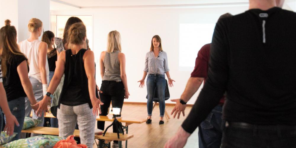 Businessyoga und Vorträge für Unternehmen. Konzentrationsworkshops finden in Unternehmen besonders Anklang. Atemübungen zum Stressabbau und leichte Yoga Übungen. Meditation für Arbeitnehmer.