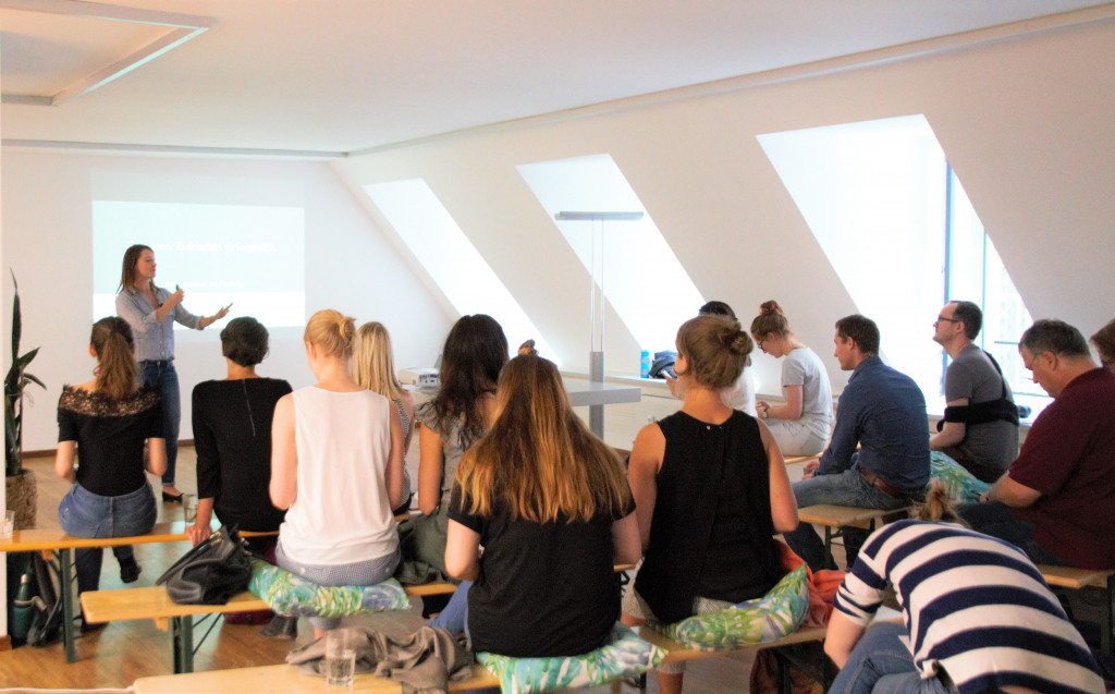 Firmentraining, Pia Baur, Pia Bauer, MINDSENSE, Speaker, München, Mindfulness Training, Mindsense Business Training für Selbstmanagement, Selbst Bewusstsein, Mindfulness at work, emotionale Intelligenz, Fokus, Stressabbau, Stressmanagement, Kommunikation, Motivation, Gelassenheit und Routinen und Identität. Businesscoaching, Webinare, Trainings.
