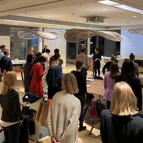 Mindsense Training Das MINDSENSE Training ist ein ganzheitliches Training für Führungskräfte und ihre Teams, um Motivation, Kreativität, Fokus und Kommunikation durch eigenes Bewusstsein, emotionale Regulierung und Selbstmanagement zu steigern. In einem Telefonat besprechen wir Ihre Bedürfnisse und die Inhalte und welche Optionen für Sie passen können. Pia Baur Business Training, Coaching, Lifecoaching, München Business Yoga Yogacoaching