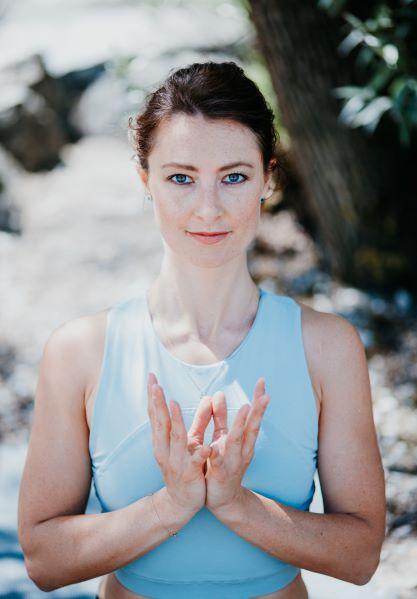 Lifecoaching Pia Baur München, systemisches Coaching, Mindfulness, Yoga Coaching.Ich unterstütze ambitionierte Frauen, ihre wahre, einzigartige Essenz zu erkennen, sich selbst wieder zu priorisieren und neue Kraft & Zuversicht zu entwickeln, so dass sie ein Leben führen können, das sie von innen erfüllt!Erfolgreiche Menschen nehmen sich ganz strategische Auszeiten.In meiner Auszeit in Portugal, auch wenn es nur 6 Tage waren, konnte sich mein Unterbewusstsein regenerieren. Neue Ideen kamen auf, neue Kraft und Motivation hat sich entwickelt und mein Körper war rundum happy und zufrieden. Gerade die Tage, die ich aktiv alleine verbringe sind die wertvollsten. Am Anfang kommt noch etwas Einsamkeit hoch, welche sich dann in Entdecken und Genießen transformiert.Genau dann, wenn mein Körper und Gedanken runterfahren und sich nicht mehr auf die Arbeit (denn selbst und ständig ist kein Mythos) konzentriert, kommen auf einmal wieder neue Ideen hoch oder alte Ideen werden klarer.ABER warum geht das nur in Auszeiten?Warum brauche ich denn Auszeiten gerade für große Ziele, auch wenn ich trotz Auftragslage durcharbeiten könnte und mehr und mehr Erfolg und Geld haben könnte?Das hört sich schon fast an wie: du Loser, du musst richtig ackern, damit du mehr Erfolg hast.Weil ich mit mir verbunden sein möchte.